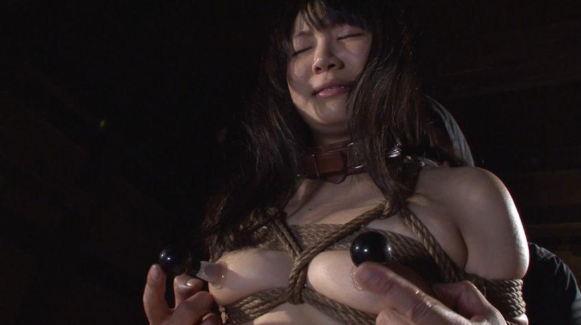 拘束されてポンプ吸引で巨大にされた乳首をいたぶられる美少女