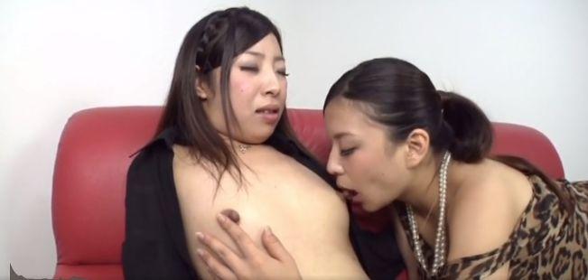 欲求不満の淫乱美女たちがお互いの敏感乳首に吸い付いて変態レズプレイ