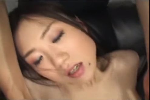 ハスキーボイスで口元にホクロのあるセクシーなお姉さんが乳首イキ