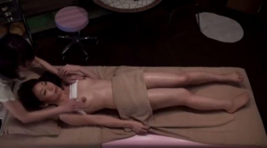 乳首ばっかそんなに…レズエステティシャンの乳首責めで逝き狂う人妻