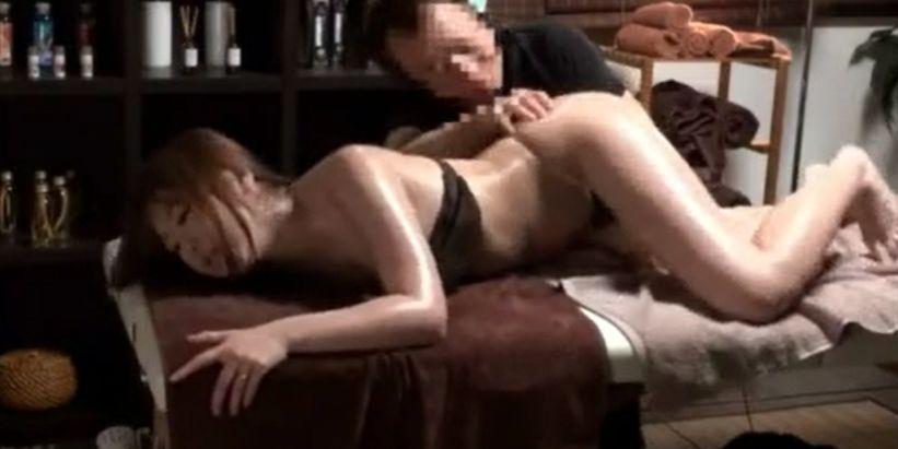 初美沙希、美人妻がマッサージで欲情し乳首イキし身体震わせ連続イキ
