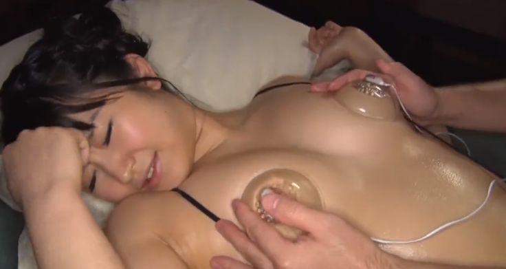 浅田結梨、乳首ローターと電マで乳首イキ・マンコイキする格闘家女子