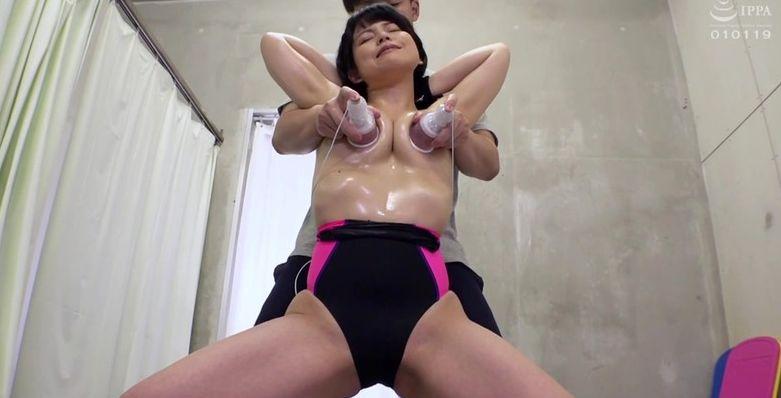 しつこ過ぎますぅぅ!水泳部の女子大生たちを徹底乳首責めで乳首イキ