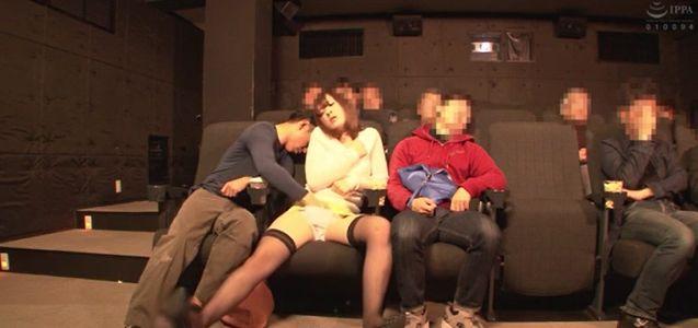 映画館でデート中のお姉さんが、痴漢に激しく乳首を責められ乳首イキ