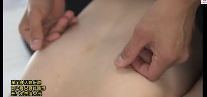 ムリムリぃ!貧乳美少女がクンニされながら乳首をチネられて乳首イキ
