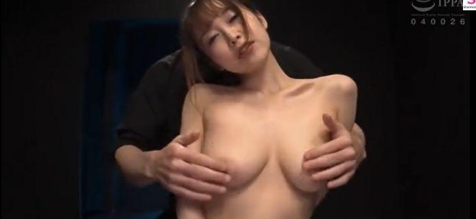 乳首どうなってもいいから捻って!篠田ゆう、乳首責めを乞い乳首イキ