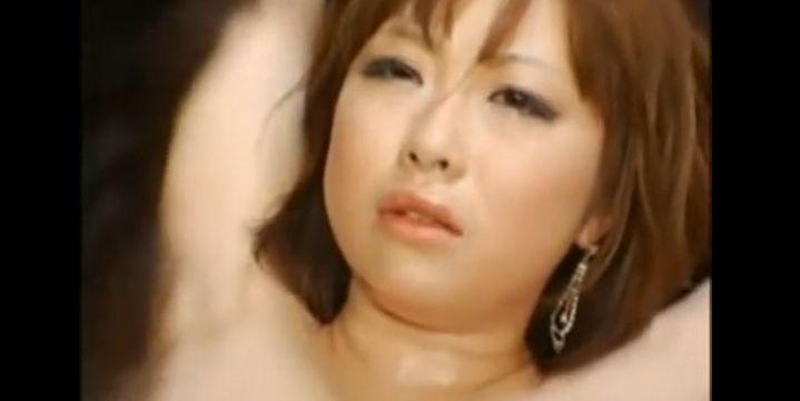 浜崎りお、M字開脚で完全拘束され、爆乳乳首を凌辱されて乳首イキ